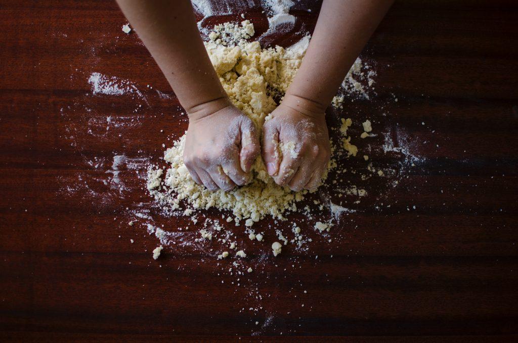 preparazione dell'impasto per il pane fatto in casa